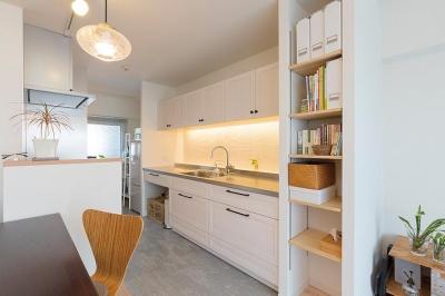 """""""部屋を独立させない""""発想で想像以上の広さと明るさを生み出すマンションリノベーション (ダイニング側から見たキッチン)"""