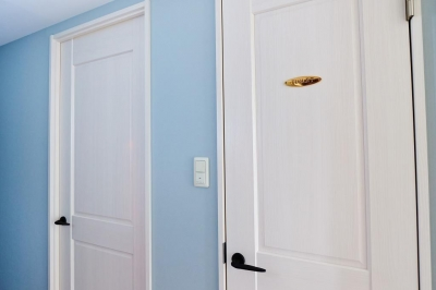 廊下 (部屋によって壁の色を楽しみたい。クラシカルフレンチのような雰囲気の空間)