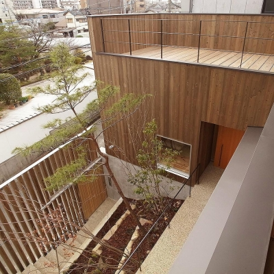 杉格子の中庭 2階ルーフテラス (杉の家 杉格子の中庭のある家)