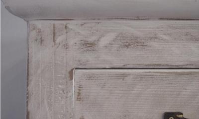 SAT-HOUSE (白いアンティーク仕上げの食器棚 3)