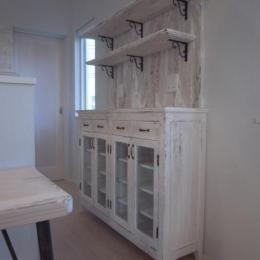 SAT-HOUSE (白いアンティーク仕上げの食器棚 1)
