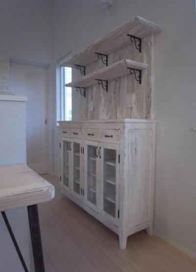 白いアンティーク仕上げの食器棚 1 (SAT-HOUSE)
