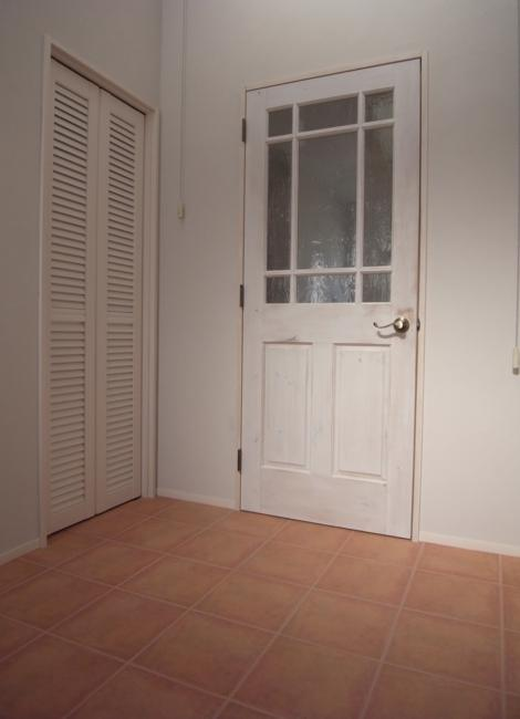 SAT-HOUSEの部屋 白いアンティーク仕上げのドア