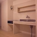 シンプルな白いタイル張りのキッチン