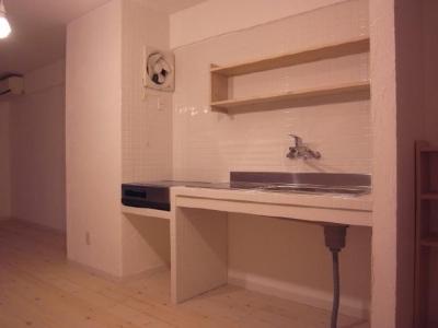 T-ROOM リノベーション (シンプルな白いタイル張りのキッチン)