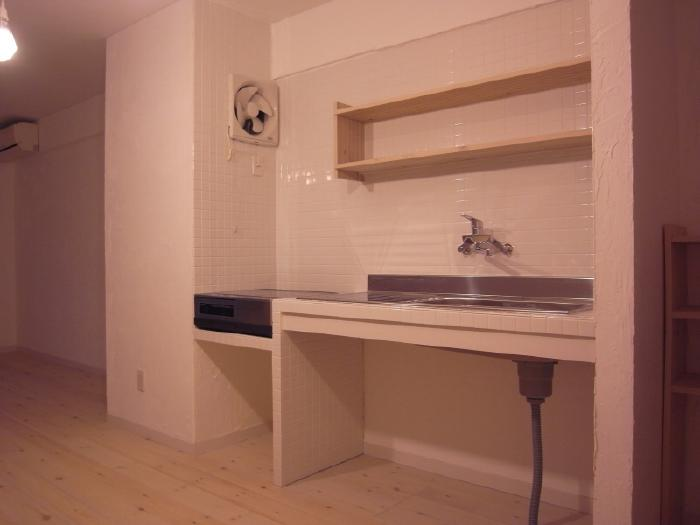 T-ROOM リノベーションの部屋 シンプルな白いタイル張りのキッチン