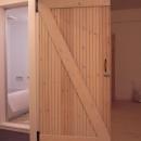 無垢の松材を利用したドア