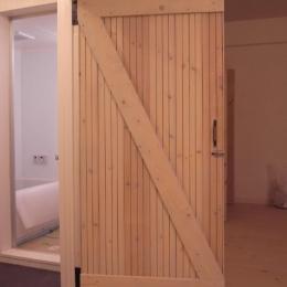 T-ROOM リノベーション (無垢の松材を利用したドア)