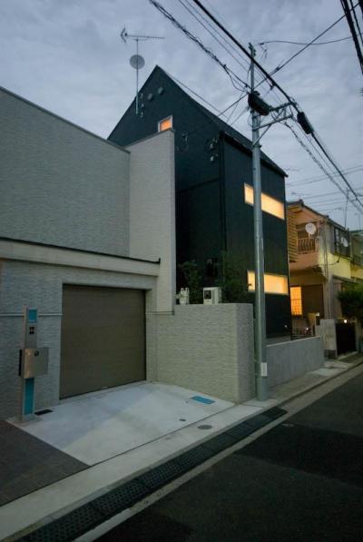suijin_House (明かりの灯った黒い外観 2)