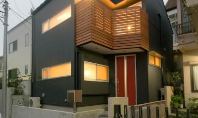 suijin_House (明かりの灯った黒い外観 1)