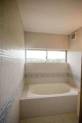 goma_House (モザイクタイル張りのバスルーム)