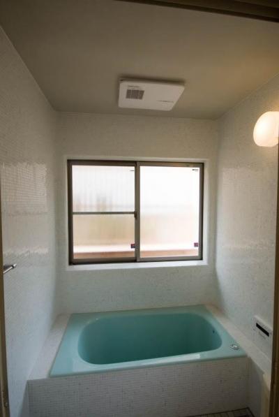 モザイクタイル張りの浴室 (0676_House-01)