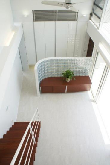 NA邸/家族がつながる光あふれる家の部屋 吹き抜け上部より居間を見下ろす
