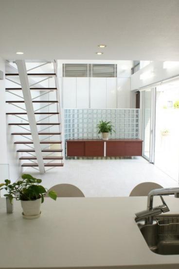 NA邸/家族がつながる光あふれる家の部屋 キッチンより食堂、リビングを見る