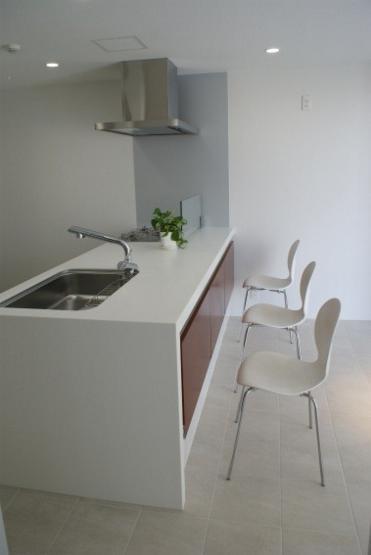 NA邸/家族がつながる光あふれる家の部屋 キッチンとカウンターテーブル