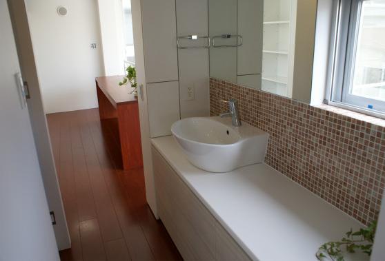 NA邸/家族がつながる光あふれる家の部屋 2階洗面コーナー
