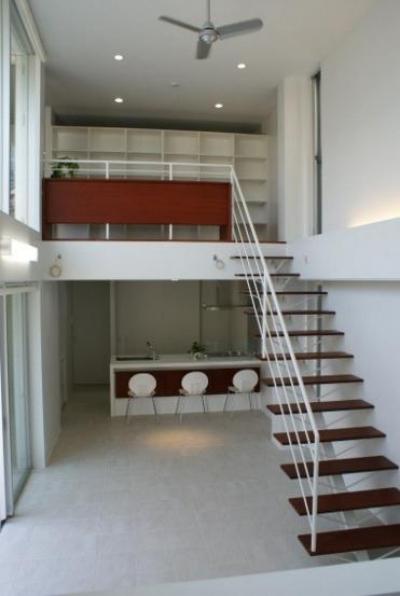 居間と2階のギャラリー (NA邸/家族がつながる光あふれる家)