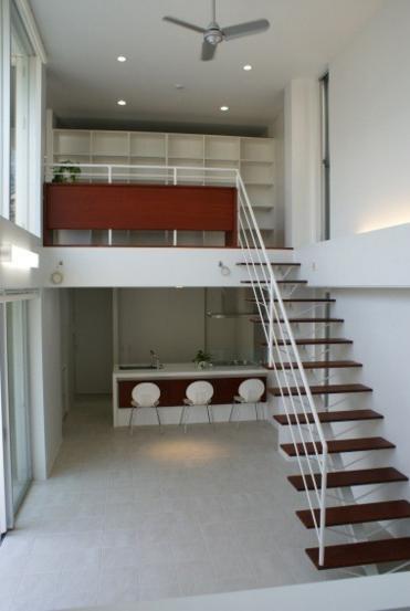 NA邸/家族がつながる光あふれる家の部屋 居間と2階のギャラリー