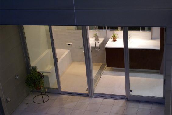 NA邸/家族がつながる光あふれる家の部屋 夜の洗面所、バスルーム