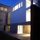 KO邸/吹抜空間のある都心のコートハウスの写真 夜の外観