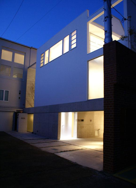 KO邸/吹抜空間のある都心のコートハウスの部屋 夜の外観