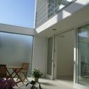 KO邸/吹抜空間のある都心のコートハウスの写真 すりガラスの中庭