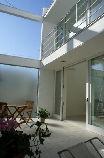 KO邸/吹抜空間のある都心のコートハウスの部屋 すりガラスの中庭