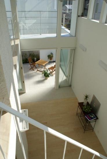 KO邸/吹抜空間のある都心のコートハウスの部屋 リビングより中庭を見る