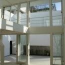 KO邸/吹抜空間のある都心のコートハウスの写真 シーリングファンのあるリビング