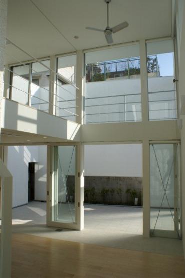 KO邸/吹抜空間のある都心のコートハウスの部屋 シーリングファンのあるリビング