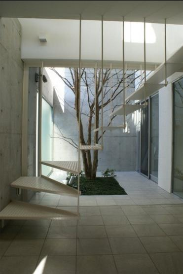 KO邸/吹抜空間のある都心のコートハウス (玄関ホール、正面は坪庭)