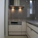 KO邸/吹抜空間のある都心のコートハウスの写真 L型キッチン、御影石貼り