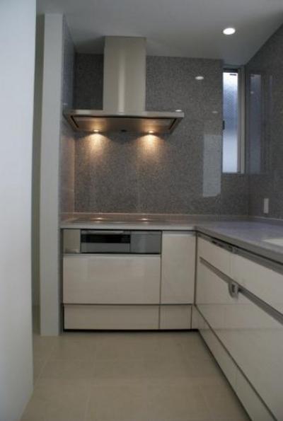L型キッチン、御影石貼り (KO邸/吹抜空間のある都心のコートハウス)