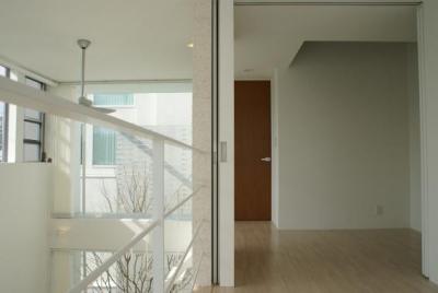KO邸/吹抜空間のある都心のコートハウス (子供室より主寝室を見る)