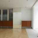 KO邸/吹抜空間のある都心のコートハウスの写真 食堂と造作家具