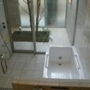 KO邸/吹抜空間のある都心のコートハウスの写真 バスルームと坪庭の繋がり