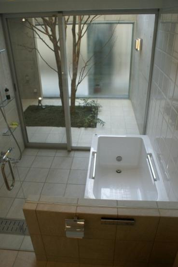 KO邸/吹抜空間のある都心のコートハウスの部屋 バスルームと坪庭の繋がり