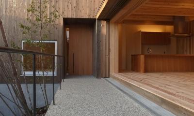 杉の家 杉格子の中庭のある家 (杉格子の中庭から見る玄関とリビング)