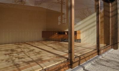 杉の家 杉格子の中庭のある家 (ガラス戸越しに見るリビング)