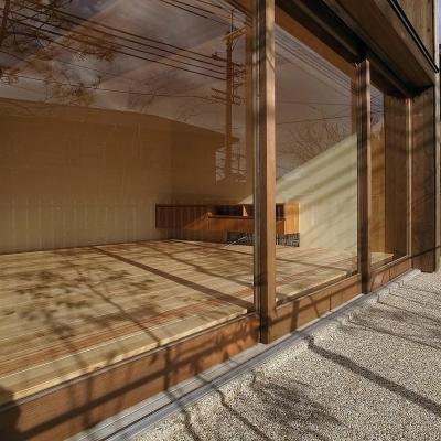 杉の家|杉格子の中庭のある家 (ガラス戸越しに見るリビング)