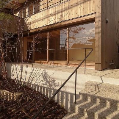 杉格子の中庭により落ち着いたリビング (杉格子の中庭のある家|杉の家)