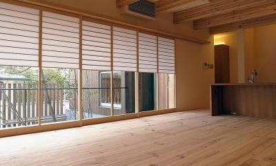 中庭との一体感を保ちながら、プライバシー確保出来る雪見障子|杉の家|杉格子の中庭のある家