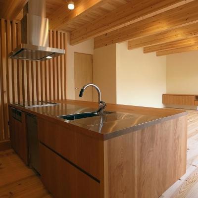 オリジナル対面キッチンよりリビングを見る (杉格子の中庭のある家|杉の家)