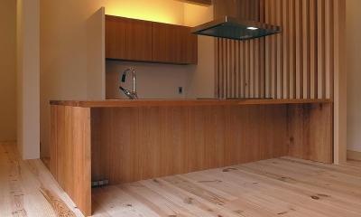 杉の家 杉格子の中庭のある家 (オリジナル対面キッチンをリビングより見る)