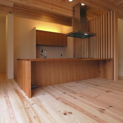 オリジナル対面キッチンをリビングより見る (杉の家|杉格子の中庭のある家)
