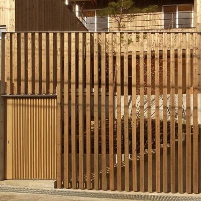 道路から見る 杉格子と引戸の入口 (杉の家|杉格子の中庭のある家)