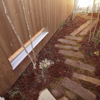 杉格子の中庭から続く 坪庭の枕木 (杉の家|杉格子の中庭のある家)