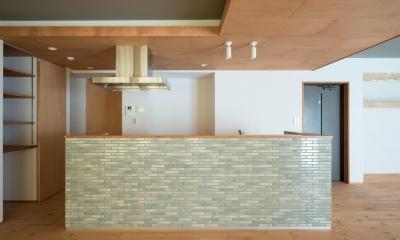 パントリーを備えたキッチンのある家:『杉田のリノベーションA』 (キッチン)