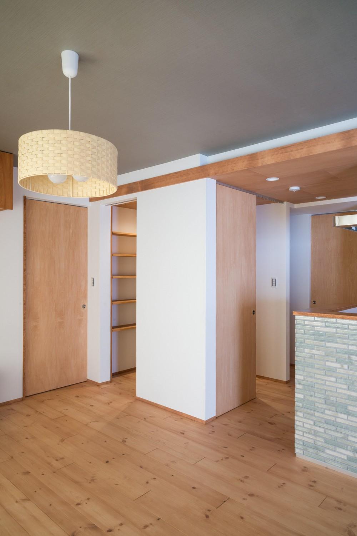 パントリーを備えたキッチンのある家:『杉田のリノベーションA』 (パントリー)