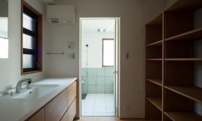 パントリーを備えたキッチンのある家:『杉田のリノベーションA』 (脱衣室)